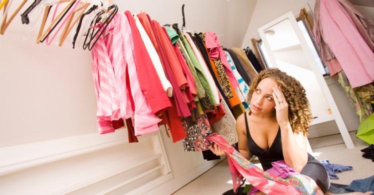 mulher-arrumando-o-guarda-roupa-arrumando-o-closet-mulher-pensando-que-roupa-usar-ilustra-1353933435217_956x500